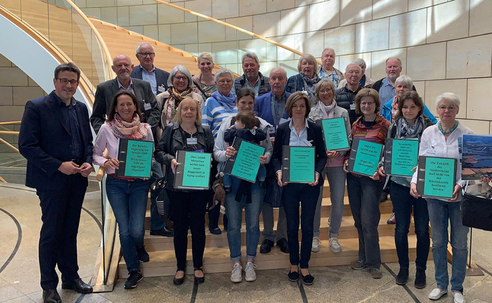 IG Dachsbruch bei der Unterschriftenübergabe im Landtag